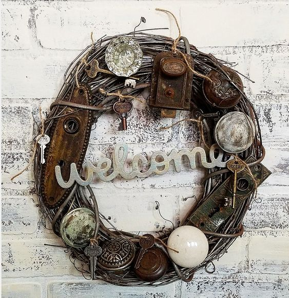 Creative wreath using vintage door knobs, keys and door hardware junky chic style flea market style wreath