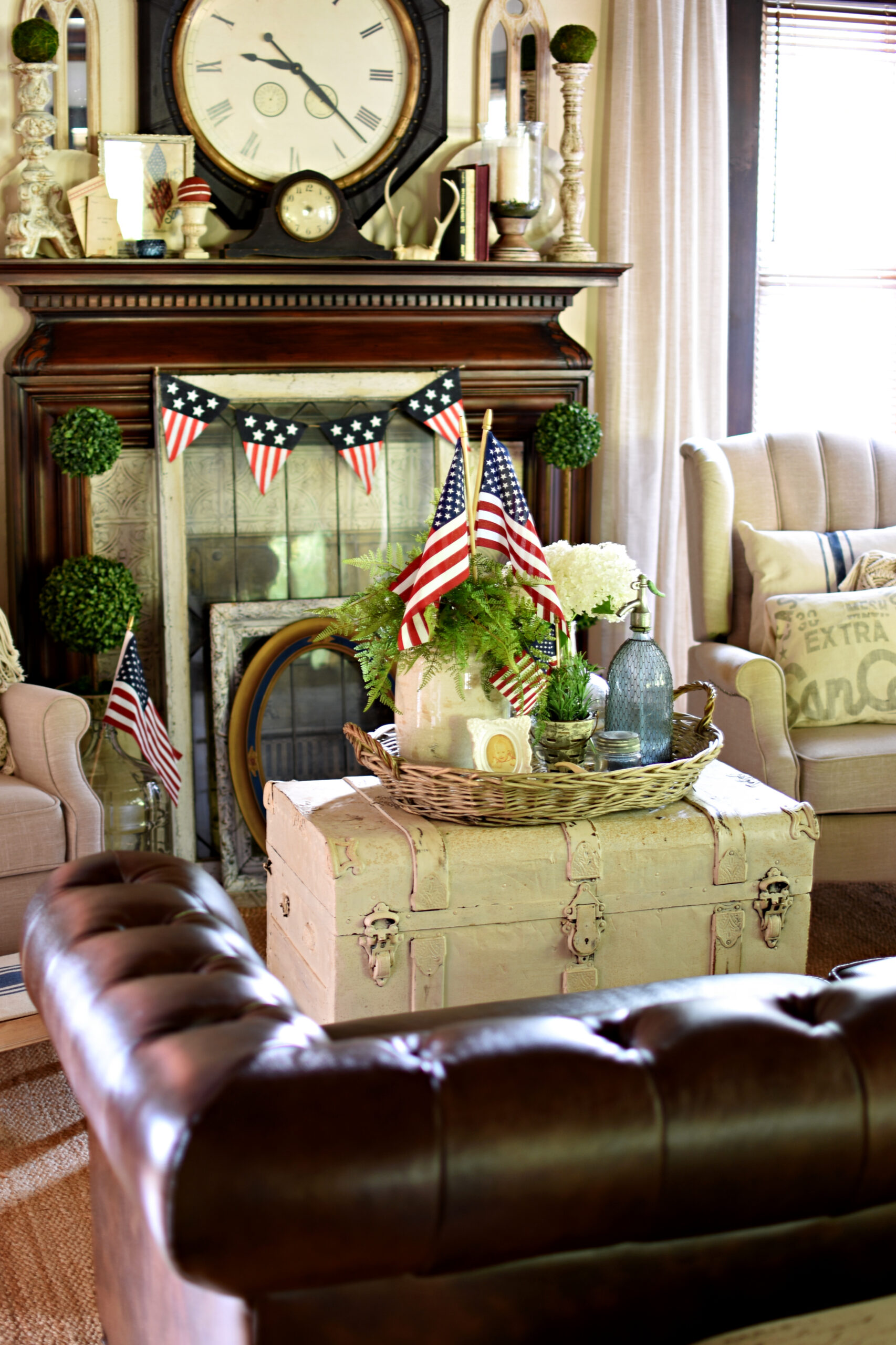 vintage farmhouse patriotic styled tray and vintage patriotic living room decor